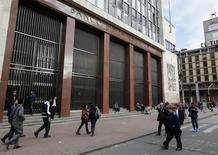 Personas pasan frente al Banco Central de Colombia en Bogotá. Imagen de archivo, 20 agosto, 2014.  La inversión extranjera directa en Colombia se contrajo un 9,8 por ciento en octubre a 1.174,4 millones de dólares, frente al mismo mes del año pasado, al disminuir los flujos destinados a sectores diferentes al petrolero y minero, mostraron el martes cifras preliminares del Banco Central. REUTERS/John Vizcaino