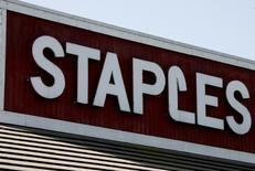 Магазин Staples в Бербанке, Калифорния 13 мая 2008 года. Прибыль и продажи американской Staples Inc превысили прогнозы в третьем квартале благодаря росту спроса на основные канцелярские товары после шести кварталов снижения. REUTERS/Fred Prouser