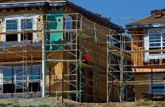 Chantier de construction à Carlsbad en Californie. Les mises en chantier de logements ont légèrement baissé en octobre mais les attributions de permis de construire ont progressé, à leur plus haut niveau depuis près de six ans et demi, des données qui continuent d'accréditer le scénario d'une reprise progressive du marché immobilier. /Photo prise le 22 septembre 2014/REUTERS/Mike Blake