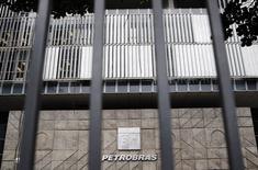 La sede de la brasileña Petrobras vista en Rio de Janeiro. Imagen de archivo, 14 noviembre, 2014. La petrolera estatal brasileña Petrobras podría tener que reducir hasta 21.000 millones de reales (8.100 millones de dólares) en valor de activos y pagar menos dividendos debido a una investigación por supuesto soborno y lavado de dinero, dijeron analistas de Morgan Stanley & Co en una nota a clientes. REUTERS/Sergio Moraes