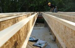 """Un carpintero trabaja en el proyecto residencial """"The Villages of Savannah"""" en Brandywine, EEUU, mayo 31 2013. Los inicios de construcción de casas unifamiliares en Estados Unidos subieron por segundo mes consecutivo en octubre y los permisos generales de construcción se aproximaron a un máximo nivel en seis años y medio, lo que sugiere que el mercado de la vivienda aún está en vías de recuperación.      REUTERS/Gary Cameron"""
