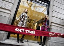 Модели у витрины магазина Roberto Cavalli в Будапеште 24 ноября 2008 года. Попытка российского ВТБ Капитал, инвестиционного подразделения ВТБ <VTBR.MM>, купить большую часть итальянского модного дома Roberto Cavalli сорвалась, сообщил Wall Street Journal со ссылкой на три осведомленных источника. REUTERS/Laszlo Balogh