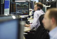 Трейдеры управляющей компании AHL-MAN в Лондоне 6 марта 2012 года. Ориентированные на РФ фонды выглядели слабее в группе стран БРИК за последнюю неделю, хотя большинство категорий фондов на развивающихся рынках испытали отток средств, пишут аналитики Sberbank CIB со ссылкой на отчет EPFR Global. REUTERS/Olivia Harris