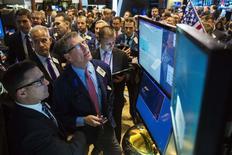 Una serie de operadores en la bolsa de Wall Street en Nueva York, nov 18 2014. Las acciones estadounidenses subían el viernes y se dirigían a una quinta semana consecutiva de ganancias, luego de que el banco central de China recortara su tasa de interés de referencia y de que su par de la zona euro sugiriera que comprará más activos para apuntalar la economía de la región.   REUTERS/Lucas Jackson