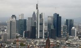 Los rascacielos del distrito bancario son fotografiados en Frankfurt. Imagen de archivo, 24 octubre, 2014. La confianza empresarial en Alemania rebotó en noviembre, rompiendo una racha de seis caídas consecutivas, en una señal de que la mayor economía de Europa está cobrando impulso después de evitar por poco una recesión en el tercer trimestre. REUTERS/Ralph Orlowski