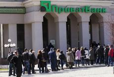 Очередь в отделение Приватбанка в Симферополе 13 марта 2014 года. REUTERS/Karen Arzumanyan