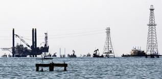 Нефтяные платформы и буровые вышки на озере Маракайбо в Венесуэле 2 января 2008 года. Цены на нефть снижаются в среду на фоне слабых экономических показателей азиатских стран. REUTERS/Isaac Urrutia