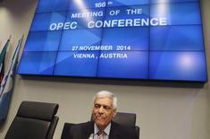Le secrétaire général de l'Opep, Abdoullah al Badri. Les pays producteurs de pétrole du Golfe, emmenés par l'Arabie saoudite, ne semblent pas disposés à plaider pour une baisse de la production dans l'immédiat, en dépit des appels de certains pays membres de l'Opep à une réduction des extractions afin d'endiguer la baisse du prix du baril. /Photo prise le 27 novembre 2014/REUTERS/Heinz-Peter Bader