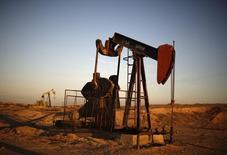 Una extractora de petróleo vista en un campo en Bakerfield. Imagen de archivo, 14 octubre, 2014. El crudo Brent cayó a un nuevo nivel mínimo por debajo de 72 dólares por barril el viernes después de que la OPEP decidió no recortar la producción, una medida que los inversores dijeron que dejará a los mercados petroleros con un fuerte sobreabastecimiento. REUTERS/Lucy Nicholson
