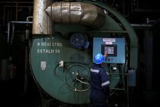 Un trabajador opera una caldera dentro de una fábrica de harina de pescado en Concepción. Imagen de archivo, 14 noviembre, 2014. La producción de manufacturas en Chile creció un 1,0 por ciento interanual en octubre, en la segunda alza mensual consecutiva del año, que estuvo influida por una baja base de comparación en medio de la desaceleración de la actividad económica. REUTERS/Ivan Alvarado