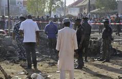 Especialistas do esquadrão antibombas e agentes de segurança inspecionam local de explosões múltiplas na área da mesquita central de Kano, norte da Nigéria, nesta sexta-feira. 28/11/2014 REUTERS/Stringer