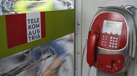 Una cabina telefónica de Telekom Austria en Viena, mayo 8 2014. Telekom Austria tiene poco espacio para comprar nuevos activos después de recaudar 1.000 millones de euros (1.250 millones de dólares) en una emisión de derechos el mes pasado que usará para invertir en Austria y reducir su deuda, dijo a Reuters el presidente ejecutivo de la compañía, Hannes Ametsreiter. REUTERS/Leonhard Foeger