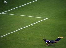 Robin van Persie, da seleção da Holanda, marca de cabeça contra a Espanha durante partida da Copa do Mundo em Salvador. 13/06/2014 REUTERS/Fabrizio Bensch
