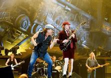 Banda de rock AC/DC durante apresentação em Fornebu, na Noruega. 18/02/2009. REUTERS/Sara Johannessen/Scanpix Norway