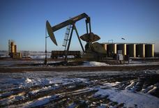 Станок-качалка в Северной Дакоте 12 марта 2013 года. Число выданных разрешений на бурение в США в ноябре снизилось почти на 40 процентов по сравнению с октябрем, что говорит о предстоящем замедлении стремительного роста добычи сланцевой нефти. REUTERS/Shannon Stapleton