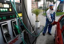 Imagen de archivo de una gasolinera en Valparaíso, Chile, jul 2 2008. La inflación en Chile habría alcanzado un 0,1 por ciento en noviembre, una moderación frente a los altos registros de los últimos meses por el efecto de menores precios internacionales del petróleo, reveló el miércoles un sondeo de Reuters. REUTERS/Eliseo Fernandez
