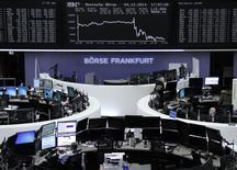 Un grupo de operadores en la bolsa alemana en Fráncfort, dic 4 2014. Las acciones europeas cerraron a la baja el jueves, después de que el Banco Central Europeo mantuvo su postura de que decidirá a inicios del próximo año sobre si se necesitan más medidas de estímulo para impulsar a la economía de la zona euro, lo que llevó a los inversores a una toma de ganancias.     REUTERS/Remote/Stringer