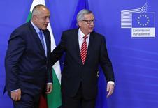 Глава Еврокомиссии Жан-Клод Юнкер (справа) и премьер-министр Болгарии Бойко Борисов перед совещанием в штабе Еврокомиссии в Брюсселе 4 декабря 2014 года. Газопровод Южный поток все-таки может быть построен, а Россия шантажирует Болгарию, заявив о закрытии проекта, сказал председатель Еврокомиссии Жан-Клод Юнкер. REUTERS/Yves Herman