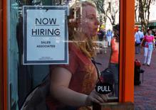 Les créations d'emploi aux Etats-Unis ont atteint en novembre leur plus haut niveau depuis près de trois ans et les salaires ont augmenté, ce qui pourrait contribuer à convaincre la Réserve fédérale de l'opportunité d'un prochain relèvement de ses taux d'intérêt. /Photo prise le 5 septembre 2014/REUTERS/Brian Snyder