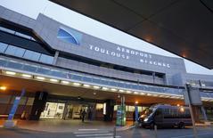Le montant que l'Etat a obtenu pour la privatisation partielle de l'aéroport de Toulouse lui permet d'espérer céder l'an prochain des participations dans ceux de Nice et de Lyon au prix fort, selon des analystes. /Photo prise le 3 décembre 2014/REUTERS/Régis Duvignau