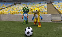 Mascotes dos Jogos Olímpicos e Paralímpicos do Rio de Janeiro posam para foto no Maracanã. 04/12/2014 REUTERS/Ricardo Moraes