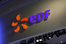 """EDF est l'une des valeurs à suivre à la bourse de Paris après que Fitch a confirmé la note de crédit de l'électricien à """"A+"""" avec une perspective négative, l'agence de notation soulignant la solidité du profil d'activité du groupe et l'évolution de la politique tarifaire en France. /Photo prise le 15 octobre 2014/REUTERS/Benoît Tessier"""