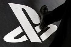 Un hombre pisa el logo de Playstation en una tienda de Sony en Tokio, abr 27 2011. La tienda online de PlayStation de Sony Corp fue hackeada el lunes y estuvo dos horas inhabilitada, reportó el diario Financial Times sin citar fuentes.   REUTERS/Yuriko Nakao