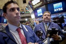 Le Dow Jones a cédé 0,59%, à 17.853,76, lundi, sous le coup de la nouvelle chute des valeurs pétrolières. Ces chiffres sont susceptibles de varier encore légèrement. /Photo prise le 5 décembre 2014/REUTERS/Brendan McDermid