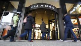Les données définitives en la matière de l'Office fédéral des statistiques allemand montrent que l'inflation en Allemagne a bien ralenti en novembre, à 0,5% sur un an, son plus bas niveau depuis février 2010. /Photo prise le 10 décembre 2014/REUTERS/Fabrizio Bensch