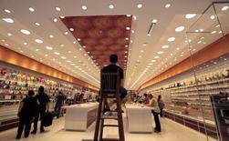 Segurança numa cadeira alta enquanto consumidores compram em uma loja, em São Paulo. 19/11/2014 REUTERS/Paulo Whitaker