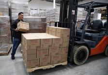 Un trabajador cargando paquetes al interior de la planta Huy Fong en Irwindale, EEUU, mayo 19 2014. La producción manufacturera de Estados Unidos registró en noviembre su mayor incremento en nueve meses debido a la expansión de varios sectores, lo que apunta a una fortaleza subyacente en la economía.  REUTERS/Lucy Nicholson