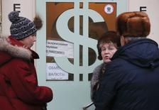 Bureau de change à Moscou. La banque centrale russe a annoncé mercredi qu'elle allait prendre une série de mesures pour soutenir le rouble, qui s'est effondré ces derniers jours et reste très instable. /Photo prise le 17 décembre 2014/REUTERS/Maxim Zmeyev