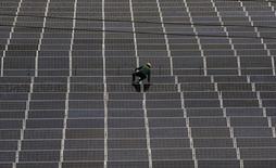Les Etats-Unis ont confirmé mardi l'instauration de taxes d'importation susceptibles d'atteindre 165,04% sur les panneaux solaires en provenance de Chine. /Photo prise le 24 juin 2014/REUTERS/William Hong