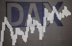 """Les Bourses européennes sont en nette hausse à mi-séance et Wall Street est attendue dans le vert sur sa lancée de la veille après la promesse de la Fed d'être """"prudente"""" dans la remontée de ses taux d'intérêt et ses commentaires optimistes sur la santé de l'économie américaine. À Paris, le CAC 40 gagnait 2,28% à 12h40. À Francfort, le Dax prenait 1,9% et à Londres, le FTSE avançait de 0,96%.. /Photo d'archives/REUTERS/Kai Pfaffenbach"""