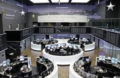 Les principales Bourses européennes ont réduit leurs gains à la mi-journée en raison des préoccupations politiques croissantes sur la Grèce et après la publication d'indicateurs économiques mitigés en Europe. Vers 12h55, le CAC 40 avance de 0,73% à Paris, le Dax progresse de 0,26% à Francfort et le FTSE gagne 0,37% à Londres. /Photo prise le 23  décembre 2014/REUTERS/Remote/Pawel Kopczynski