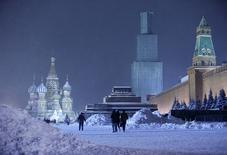 Pessoas andam na Praça Vermelha coberta por neve, em Moscou. 25/12/2014 REUTERS/Sergei Karpukhin