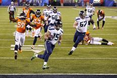 Seattle Seahawks Jermaine Kearse (C) scores a touchdown in front of Denver Broncos Danny Trevathan (L) during the third quarter in the NFL Super Bowl XLVIII football game in East Rutherford, New Jersey, February 2, 2014. REUTERS/Eduardo Munoz
