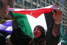 Участница акции протеста против военной операции в Газе. Фотография сделана в Нью-Йорке 9 августа 2014 года. Совет безопасности ООН отклонил во вторник резолюцию об отступлении израильтян с Западного берега реки Иордан и Восточного Иерусалима и создании палестинского государства к концу 2017 года. REUTERS/Eduardo Munoz