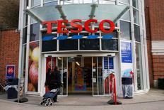 La chaîne de supermarchés brtiannique Tesco devrait annoncer jeudi une refonte de son système de contrats avec ses fournisseurs, ainsi que des suppressions d'emplois, pour tenter de rebâtir sa réputation après un scandale comptable l'an dernier. /Photo prise le 23 octobre 2014/REUTERS/Stefan Wermuth