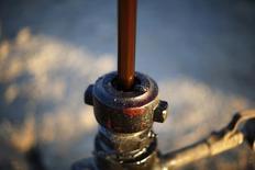 Le cours du pétrole brut léger américain est passé lundi sous le seuil symbolique de 50 dollars le baril pour la première fois depuis avril 2009, victime des craintes des investisseurs liées à l'abondance de l'offre et à la faiblesse de la demande. /Photo prise le 14 octobre 2014/REUTERS/Lucy Nicholson