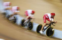 England's Bradley Wiggins (R) leads his team to a silver medal in men's 4000m team pursuit finals at the 2014 Commonwealth Games in Glasgow, Scotland, July 24, 2014.          REUTERS/Phil Noble