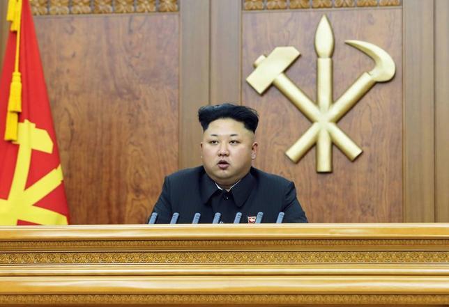 1月8日、北朝鮮は米国に対し、対北朝鮮制裁を撤回しない場合は「弾丸や砲弾が米国の領土に飛ぶことになる」と警告した。朝鮮中央通信社(KCNA)が報じた。写真は北朝鮮の金正恩第1書記。KCNA提供(2015年 ロイター )