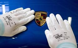 Porsche s'attend à porter ses ventes de voitures à au moins 200.000 unités en 2015, ce qui lui permettrait d'atteindre un objectif planifié trois ans plus tôt, après des livraisons records en 2014. /Photo prise le 5 février 2014/REUTERS/Tobias Schwarz