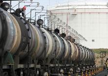 Цистерны с нефтью на терминале Роснефти в Архангельске 30 мая 2007 года. Посуточная добыча нефти в России установила рекордное для постсоветского периода значение, показав в 2014 году рост на 0,7 процента до 10,58 миллиона баррелей в сутки, следует из статистики Минэнерго. REUTERS/Sergei Karpukhin
