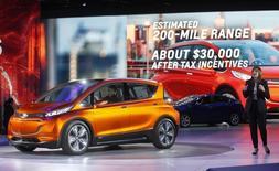 Presidente-executiva da GM, Mary Barra, apresenta Chevrolet Bolt  em Detroit.  12/1/2014  REUTERS/Rebecca Cook