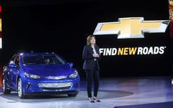 La directrice générale de General Motors, Mary Barra, devant la Chevrolet Volt hybride, véhicule qui sera l'une des vedettes du salon de l'automobile de Detroit. /Photo prise le 12 janvier 2015/REUTERS/Rebecca Cook