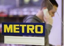 Мужчина проходит мимо логотипа в магазине Metro AG в Санкт-Августине 18 марта 2013 года. Европейские фондовые рынки растут за счет акций Metro, дорожающих после выхода отчета о продажах в четвертом квартале. REUTERS/Wolfgang Rattay