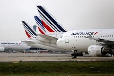 Air France-KLM devrait annoncer dans les prochaines semaines un nouveau plan de réduction d'effectifs qui pourrait porter sur près de 5.000 postes, rapporte Le Figaro. /Photo prise le 22 septembre 2014/REUTERS/Jacky Naegelen