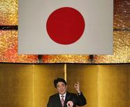 Le Premier ministre japonais Shinzo Abe. Le gouvernement nippon a adopté un projet de budget record de 96.340 milliards de yens (812 milliards de dollars) pour l'exercice qui débutera le 1er avril. /Photo prise le 6 janvier 2015/ REUTERS/Toru Hanai