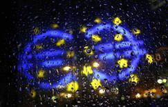 Символ валюты евро у штаб-квартиры ЕЦБ во Франкфурте-на-Майне 8 января 2015 года. Евро на утренних европейских торгах упал ниже значений, с которых он стартовал на форексе в 1999 году, обновив при этом девятилетние минимумы после комментариев крупного чиновника европейской юридической системы о законности скупки облигаций европейским ЦБ при определенных условиях. REUTERS/Kai Pfaffenbach